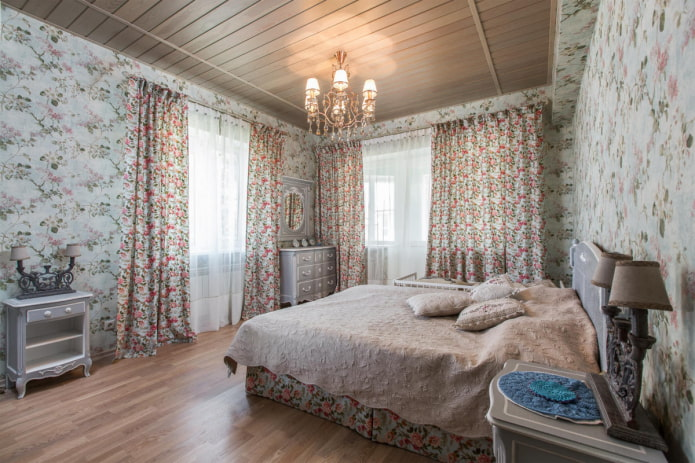 rideaux avec un petit imprimé floral dans la chambre