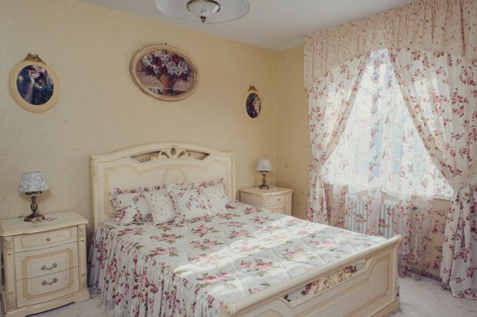 rideaux avec des roses à l'intérieur de la chambre