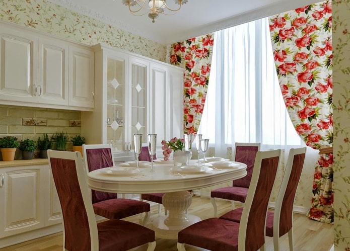 rideaux avec pivoines à l'intérieur de la cuisine
