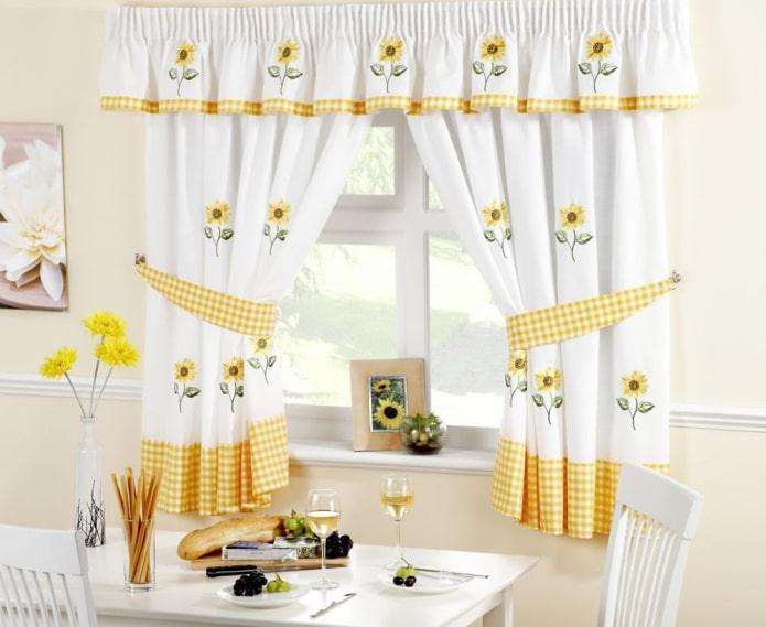 rideaux avec des tournesols à l'intérieur