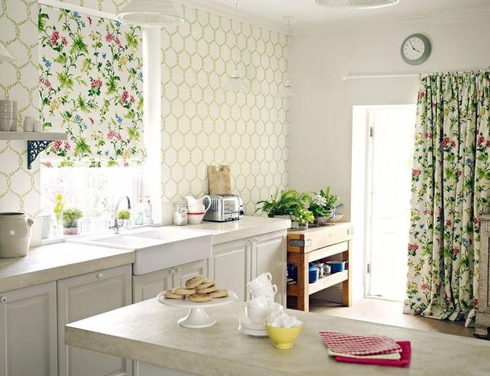 rideaux avec des fleurs à l'intérieur de la cuisine