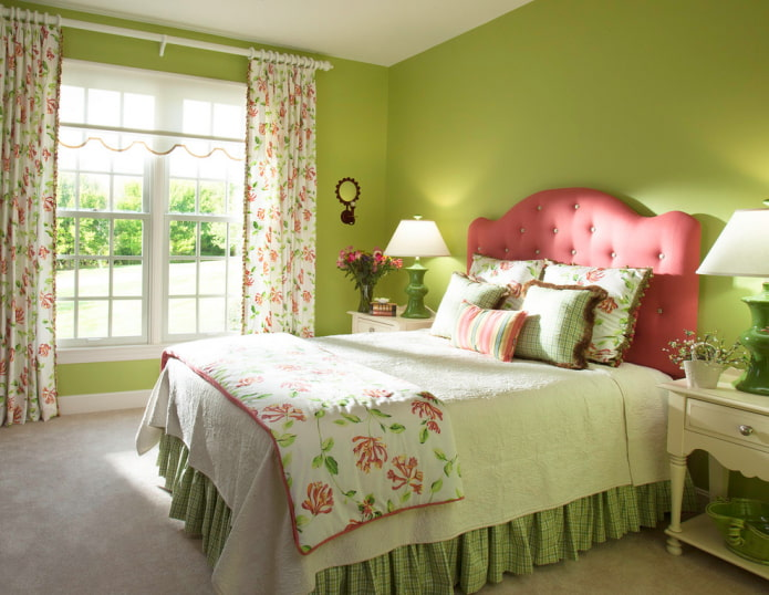rideaux avec des fleurs à l'intérieur de la chambre