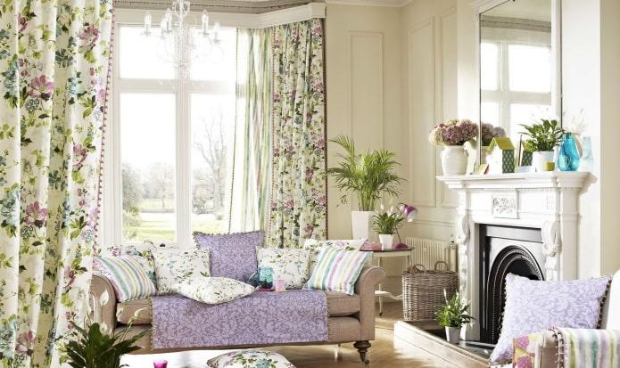 rideaux avec des fleurs à l'intérieur du salon