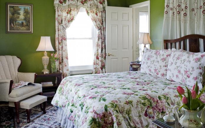rideaux avec des fleurs à l'intérieur de la pépinière