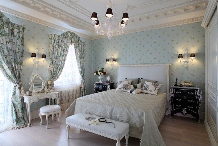 rideaux à imprimé floral dans un intérieur classique