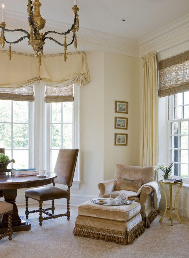 Deux types de fixation de corniche pour chaque fenêtre du salon