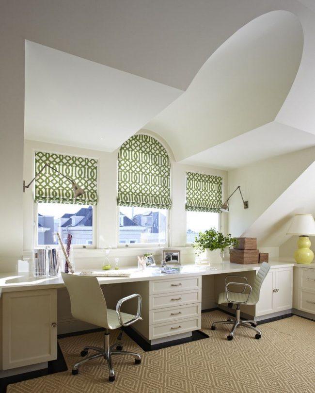 Deux fenêtres rectangulaires standard et une cintrée dans le bureau à domicile.  Pour la fenêtre cintrée, une tringle à rideau spéciale répétant la forme ovale est fournie