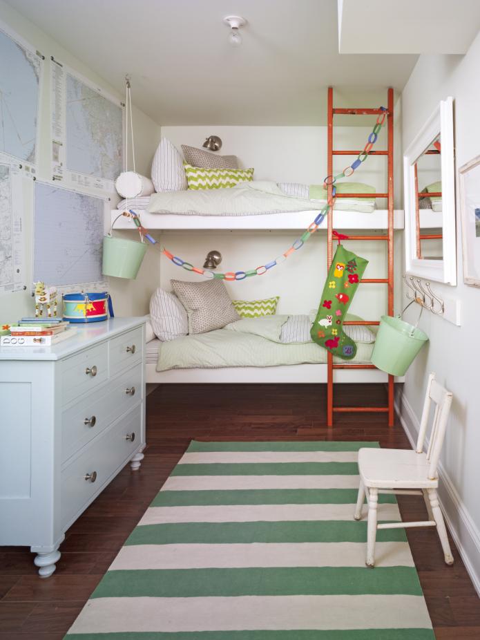 lit en face dans la chambre des enfants