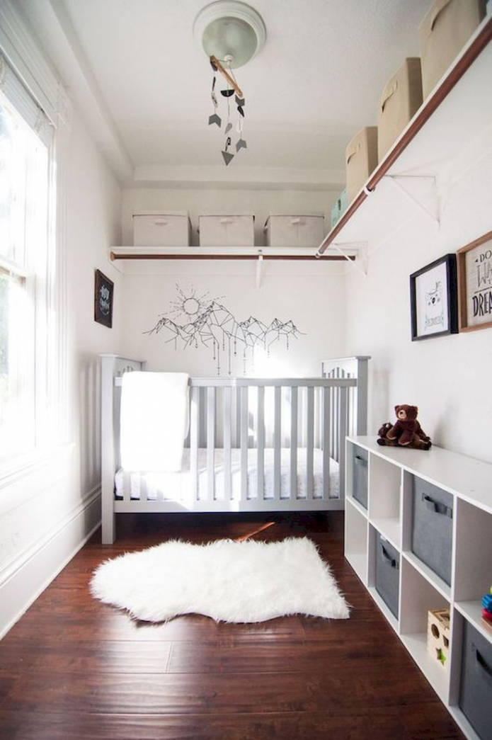 lit bébé dans une petite pièce