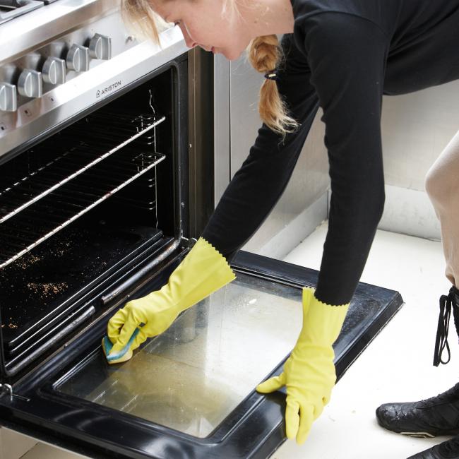 Avant cette procédure, il est nécessaire d'enlever les miettes et les débris alimentaires