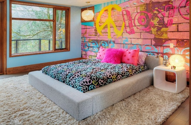 Lit bas confortable dans une chambre au design moderne