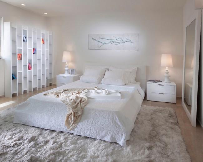 Étagères confortables avec de jolies petites choses près du lit