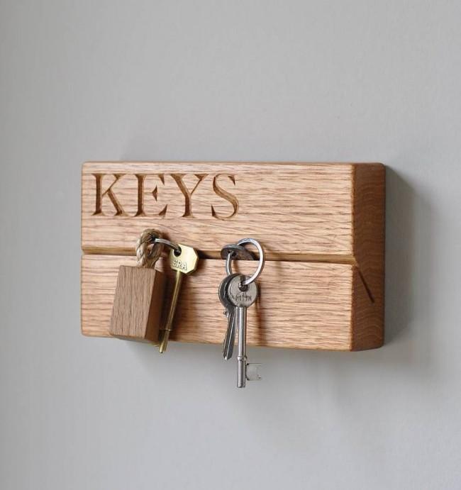 Porte-clés mural en poutres de bois