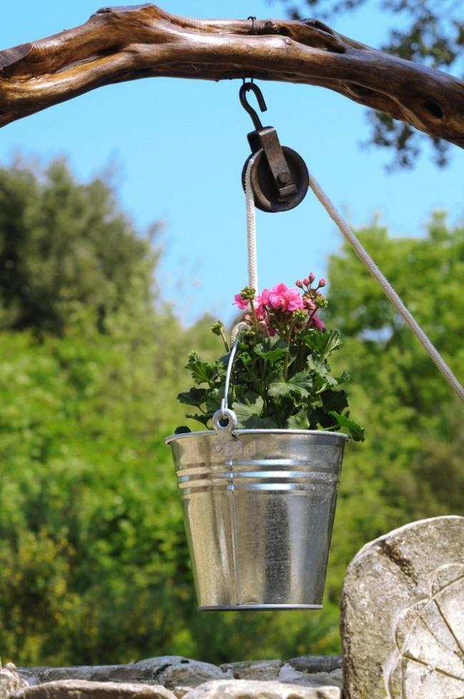 Souvent, un puits décoratif dans le pays ne prévoit pas la création d'une source d'eau pour les propriétaires.