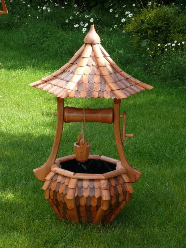 Puits décoratif avec des éléments de sculpture sur bois