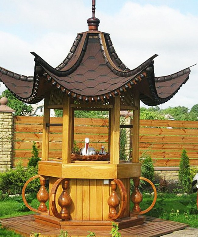 Puits décoratif avec un toit incurvé vers le haut