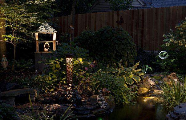 Un puits décoratif peut devenir un objet intéressant dans le paysage lorsqu'il est éclairé la nuit.