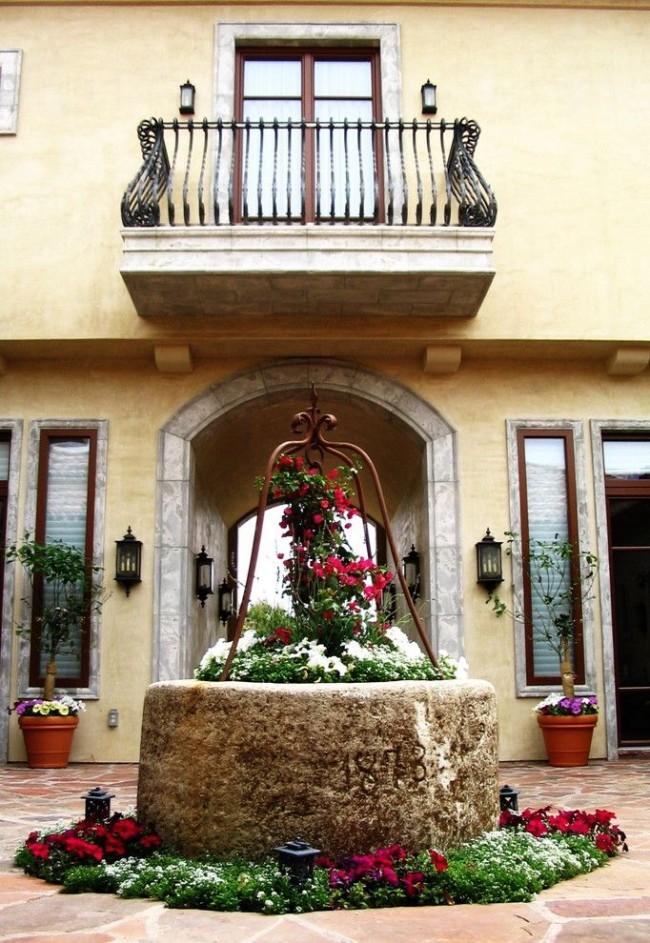 Un puits décoratif peut parfaitement remplacer un parterre de fleurs ordinaire.