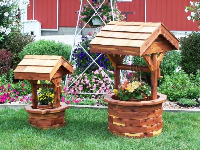 Beaux puits avec des pots de fleurs à l'intérieur