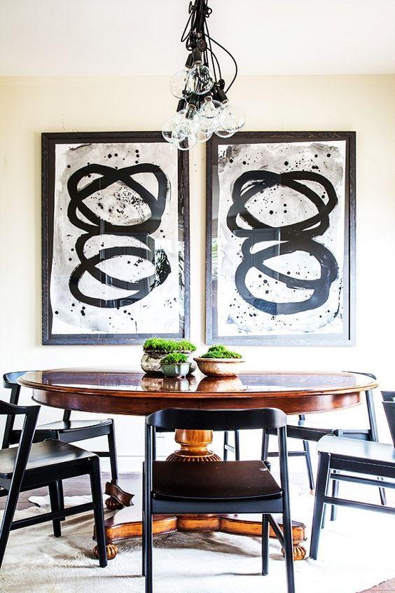 Table ovale en bois à l'intérieur de la cuisine