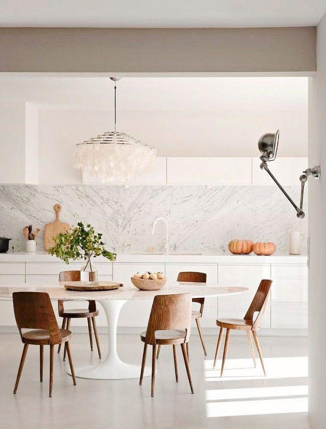 Table ovale à l'intérieur de la cuisine scandinave