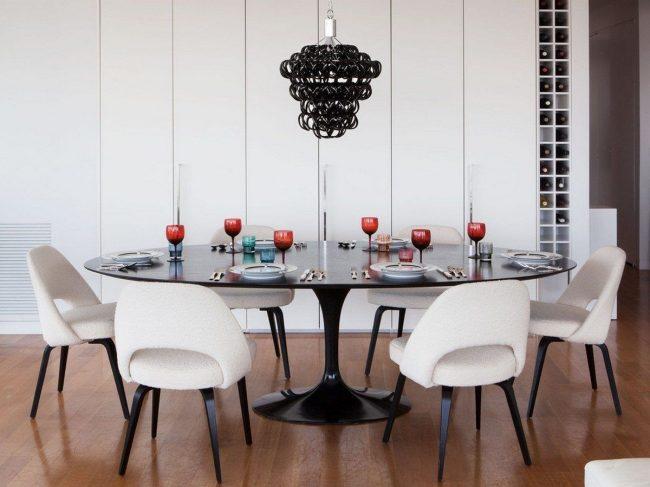 Table de cuisine ovale noire avec plateau arrondi