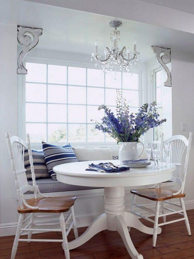 Table en stratifié blanc dans la cuisine de style provençal