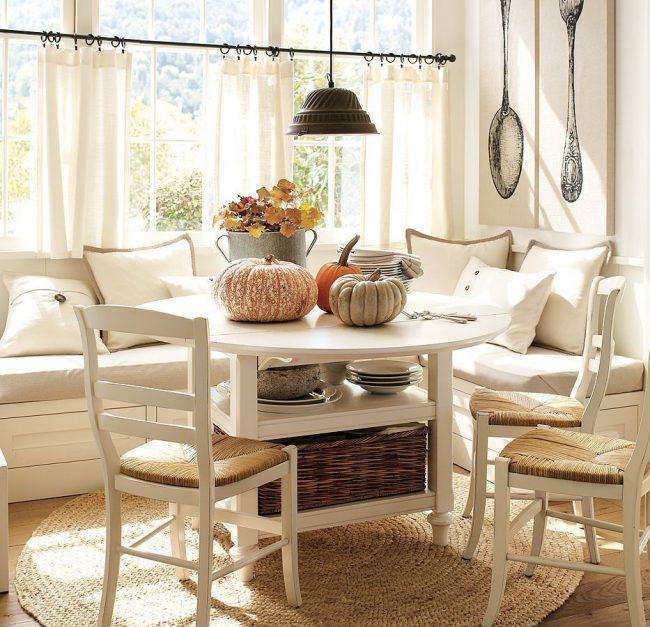 Table à manger avec étagères pour les choses et un coin salon dans la cuisine