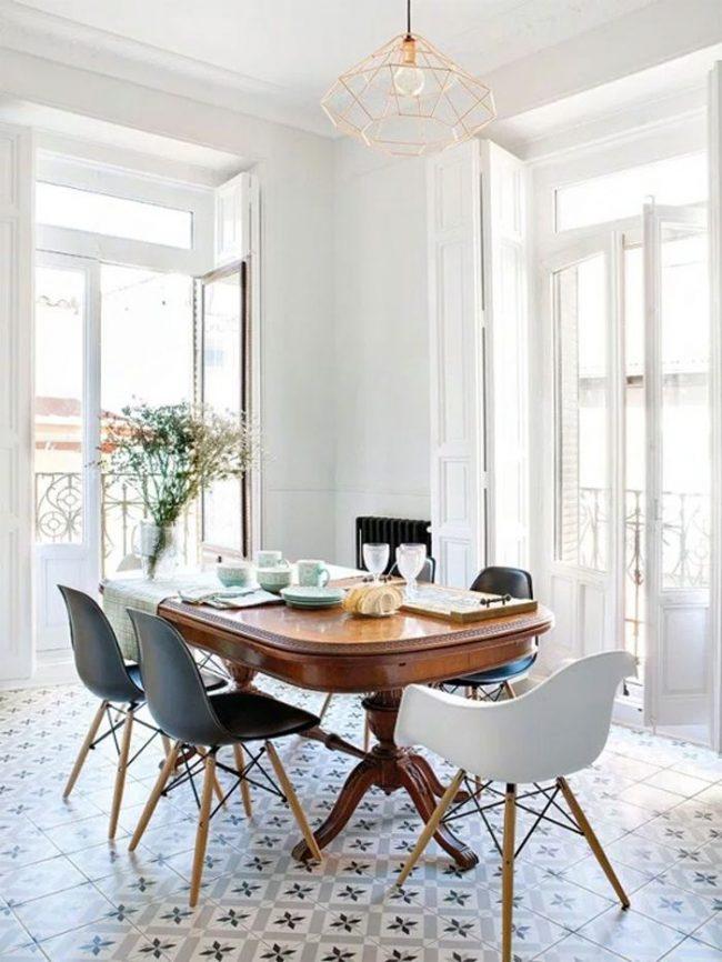 Table ovale en bois dans une cuisine blanche