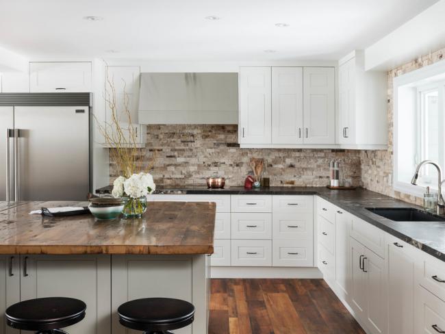 Conception laconique d'un petit espace de cuisine en blanc