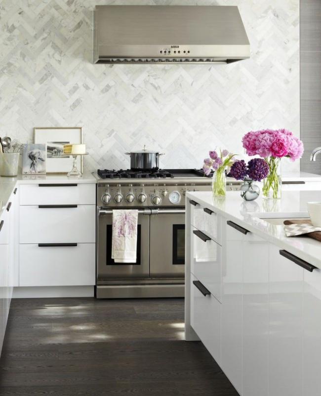 Décoration traditionnelle de l'espace cuisine aux couleurs chaudes chocolat et lait