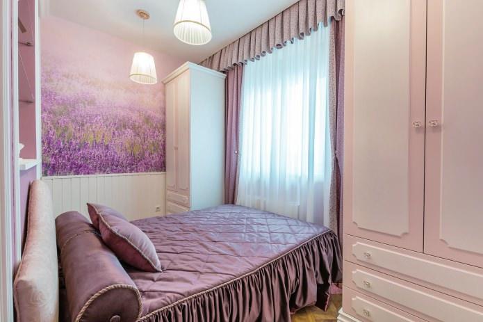 chambre avec papier peint aux tons lavande