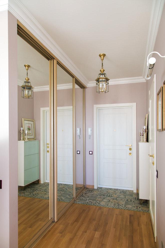 les murs du couloir sont lilas