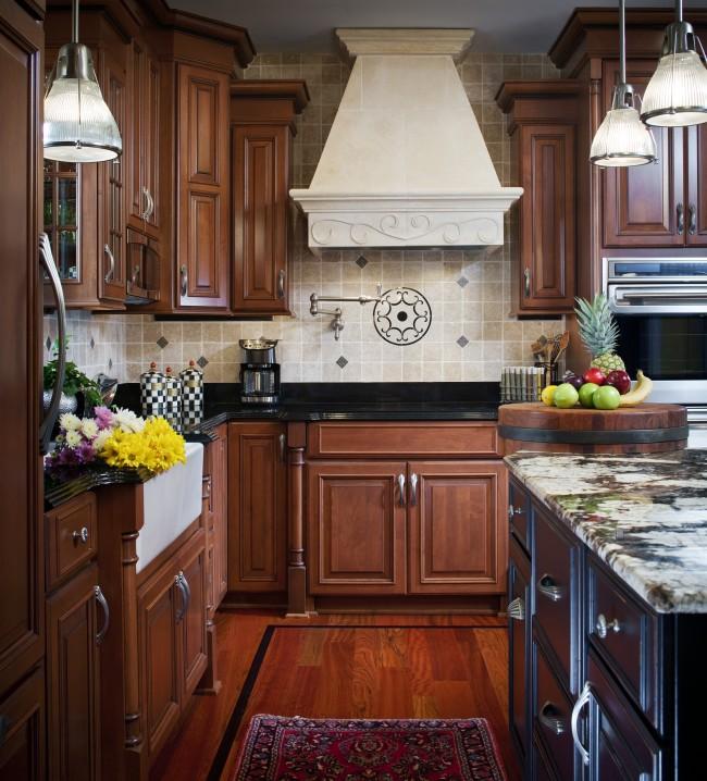Cuisine incroyablement chaleureuse et confortable avec des meubles en bois de wengé et des briques décoratives sur les murs