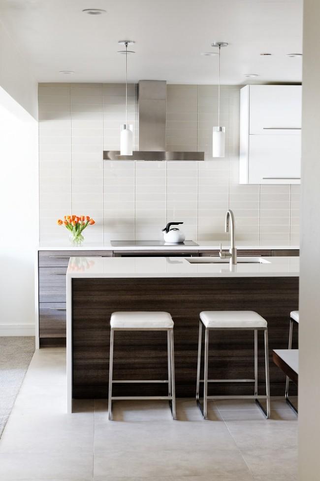 Accents de couleur élégants dans une cuisine claire sur les éléments de la cuisine en wengé foncé