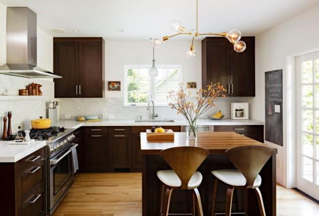 Cuisine wengé très chaleureuse.  Le jeu des nuances sombres et claires du bois à l'intérieur donne à la pièce un peu de confort