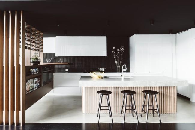 Si vous décidez néanmoins de décorer les murs dans des tons sombres, il est préférable d'alléger la cuisine en raison des éléments lumineux massifs de l'ensemble de cuisine.