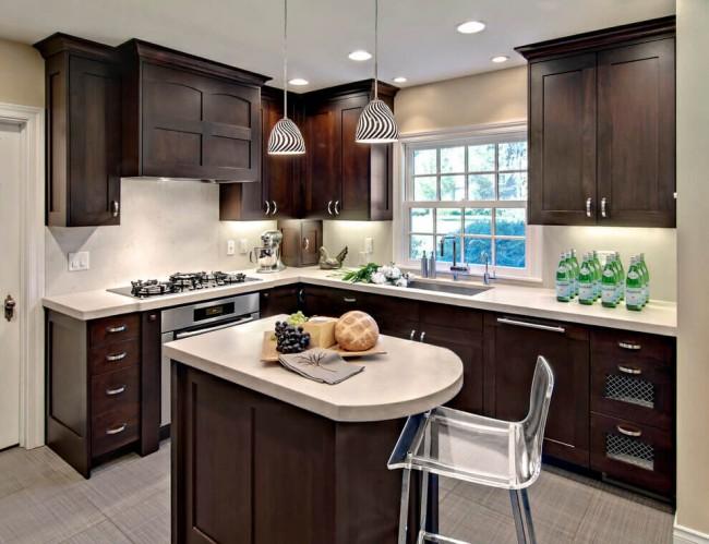 Le wengé foncé naturel se marie bien avec les murs clairs de la cuisine