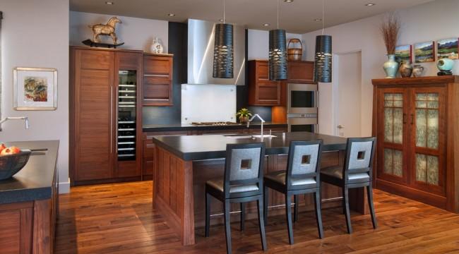 Une petite cuisine en wengé aux couleurs chaudes crée une atmosphère inhabituellement cosy