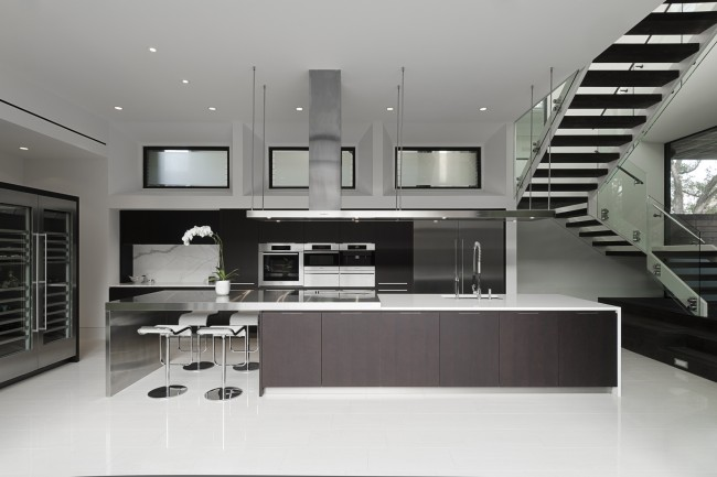 Un studio-cuisine très spacieux dans une palette de couleurs stricte, malgré la rareté des couleurs, a l'air très confortable