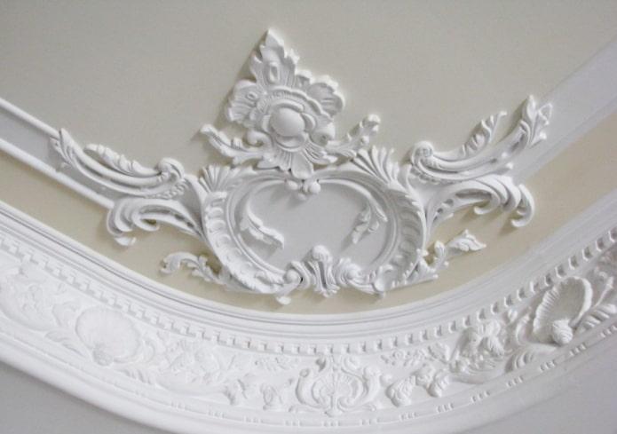 feston de stuc au plafond