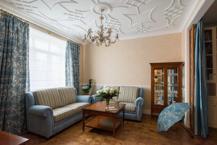 décoration en stuc sur le plafond peint