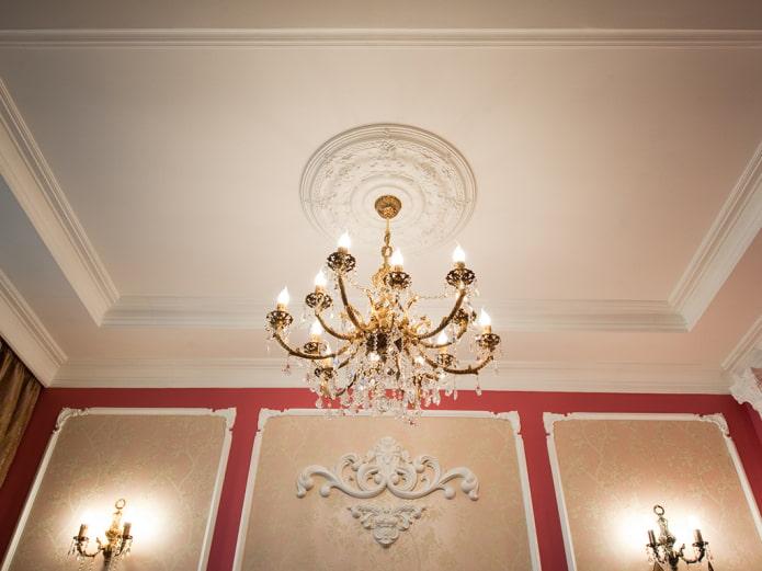 structure de plafond suspendu avec moulure en stuc