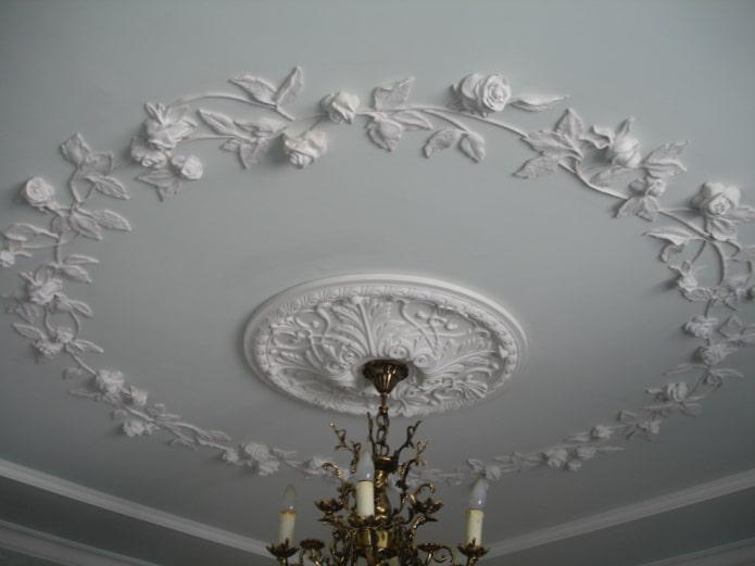 couronne de stuc au plafond
