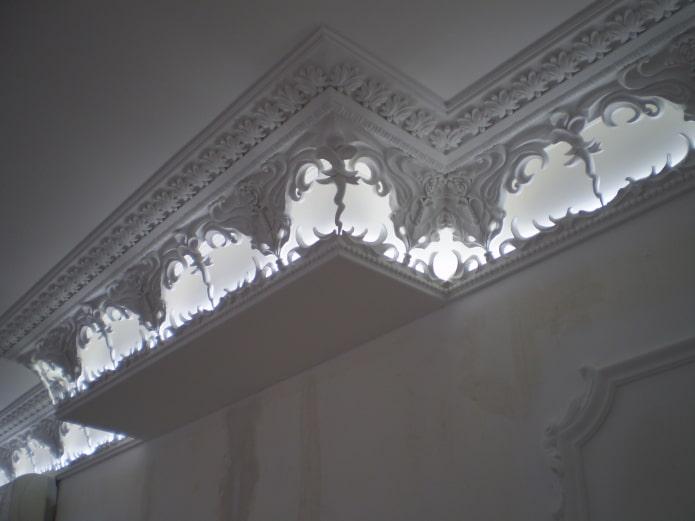 décoration en stuc ajouré au plafond