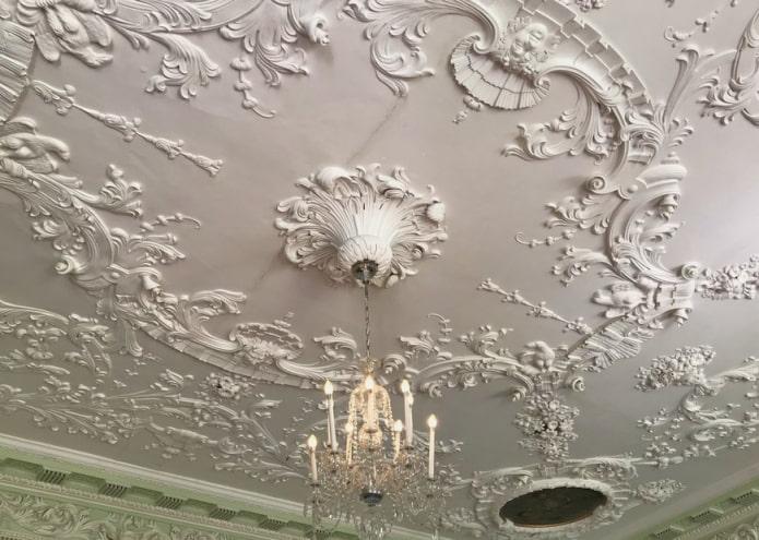 décoration en stuc sur toute la surface du plafond