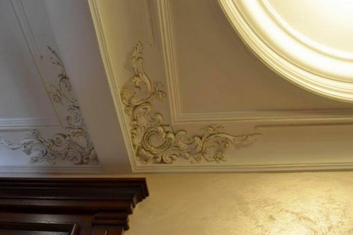 pièces d'angle en stuc au plafond