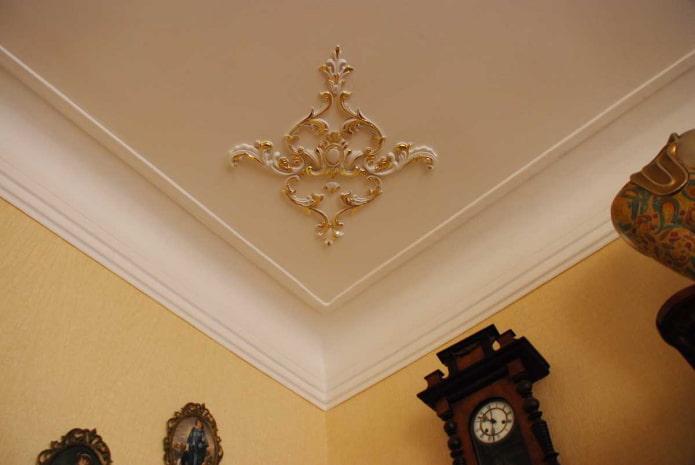 décoration en stuc dans le coin du plafond