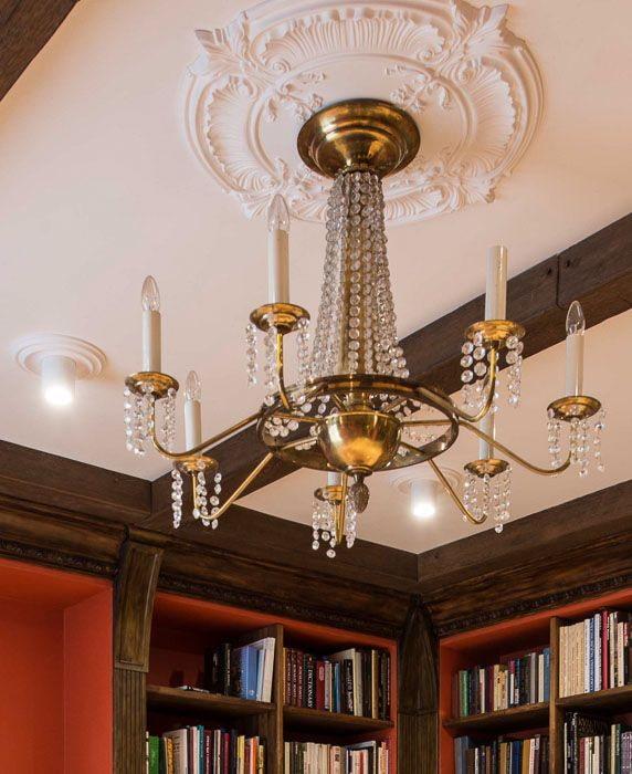 décoration en stuc au plafond sous le lustre
