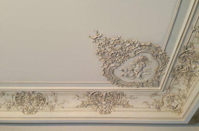 décoration en stuc avec patine au plafond